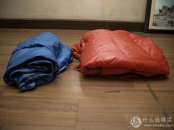 左为总重1300g的化纤棉睡袋  右为总重750G鹅绒睡袋 鹅绒睡袋更蓬松、更暖