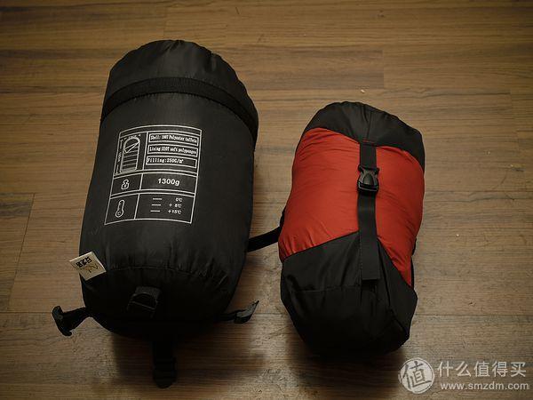 左睡袋重1300G含700g蓬松度F200的化纤棉,右睡袋重750g含400g蓬松度F700+鹅绒,打包后鹅绒UL睡袋有明显优势