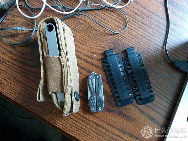 装进套里的样子,旁边是玩具和工具组