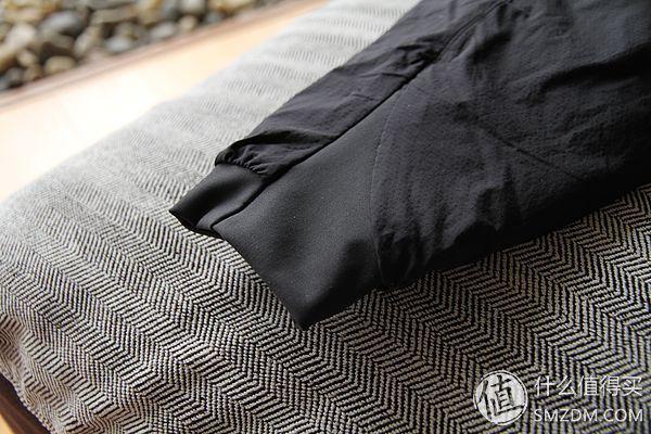 袖口设计非常贴心,伸缩材料完全不必担心漏风