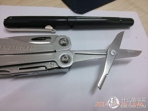 剪刀同样有锁止机构,要锁定之后,那个细细的金属杆才能给