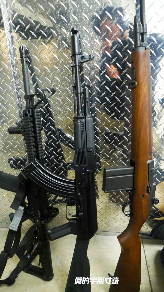 暴力的组合!大胡子带上AK47,AR15,M14上靶场
