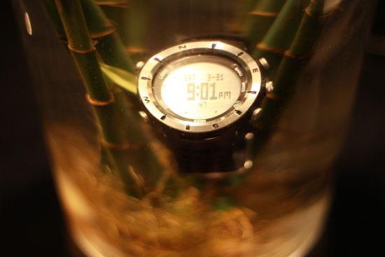 图为当晚9时1分所摄,登山表各项功能在浸泡半小时后取出,没受任何影响。摄影:蔡英元