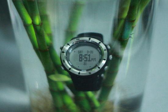 将登山表放在水中浸泡,图为晚上8时51分所摄。由于浸水,腕表照片有稍许畸变。摄影:蔡英元