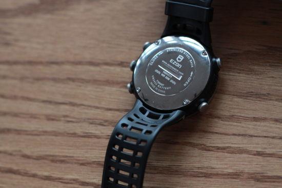 腕表背面表盘系不锈钢材质,电池仓可方便地用硬币等打开,便于在户外使用。摄影:蔡英元