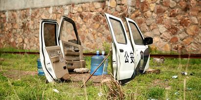 04_电影中警察枪战时常打开车门来挡子弹.jpg