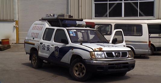 01_电影中警察枪战时常打开车门来挡子弹.jpg