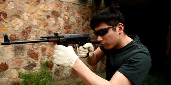 05_电影中警察枪战时常打开车门来挡子弹.jpg