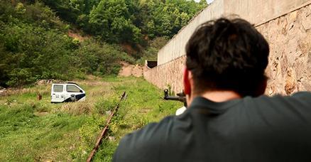 06_电影中警察枪战时常打开车门来挡子弹.jpg