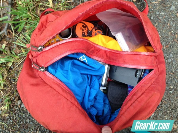 G4OUT.COM-13-Showing-the-dual-zippered-top-lid-pockets-featured-on-the-Arcteryx-Altra-pack
