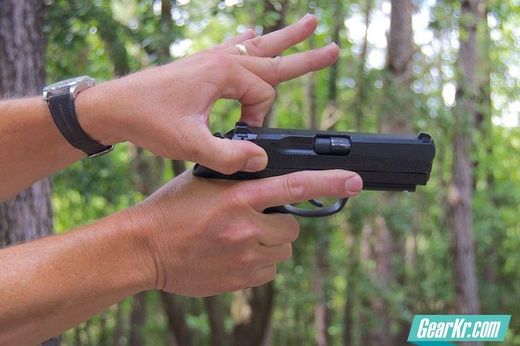 影视剧里,为什么将枪指向对方后还要扳击锤或拉枪栓?