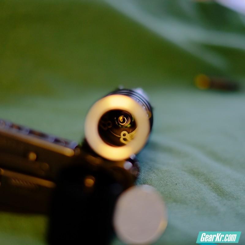 电筒内部由金属螺旋弹簧构成的阳极触电。可以看到铣削加工还是很精密的。
