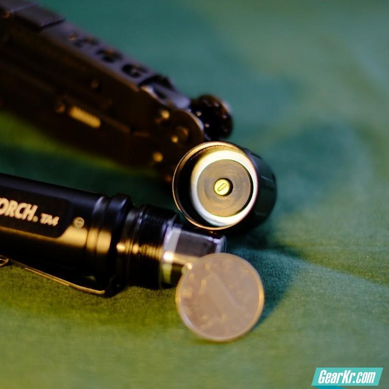 电池盖内部,值得一提的是筒身用料还是很扎实的。直观测量筒壁厚度要超过一元硬币厚度。