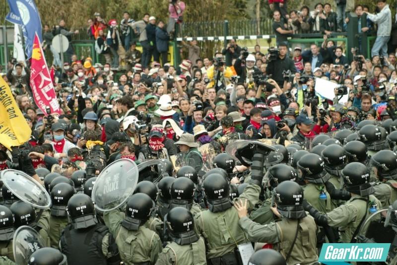 """2005年香港警方处置""""韩农反世贸骚乱""""的战术和装备"""