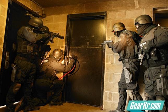 2047SWAT-Team-about-to-blow-door_PG
