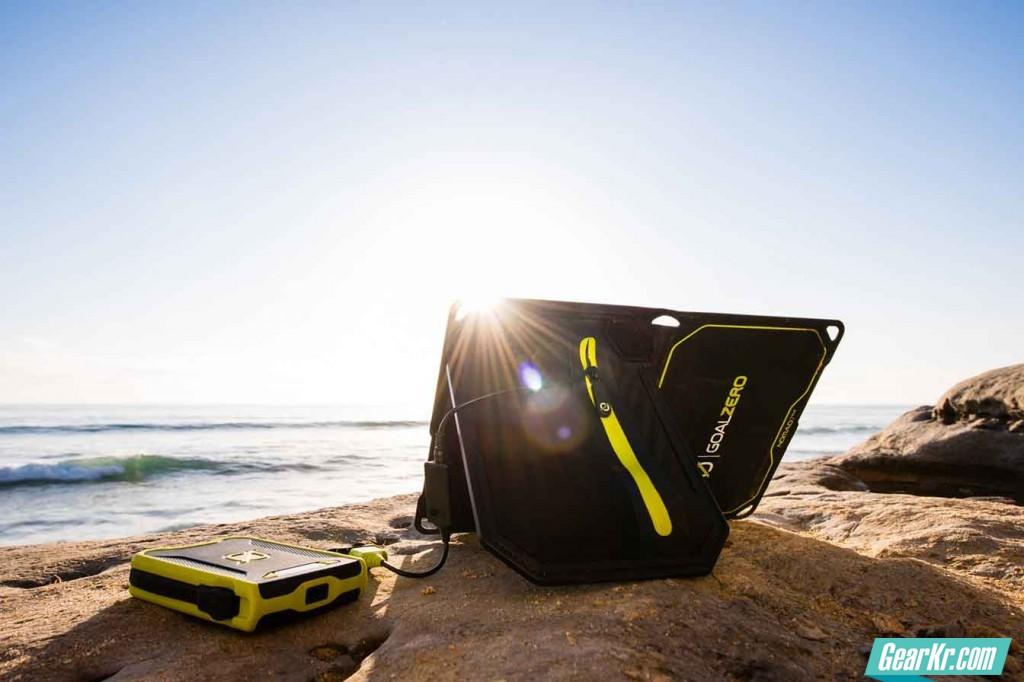 portable-solar-panel-Nomad-7-plus-V03