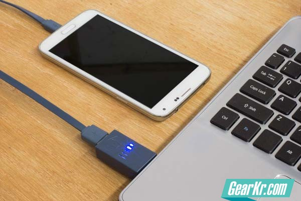 phone-charging-with-laptop