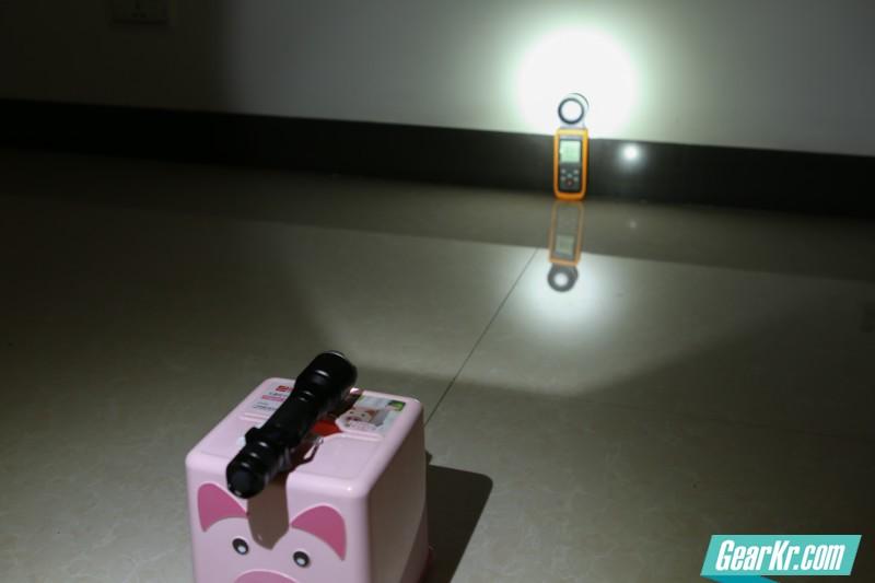 照度测试环境,小黑屋里手电距离墙面1米,照度仪测量光斑中心点