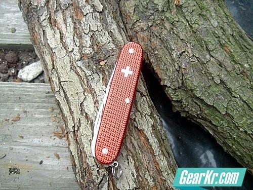如何用瑞士刀将木头劈成引火材
