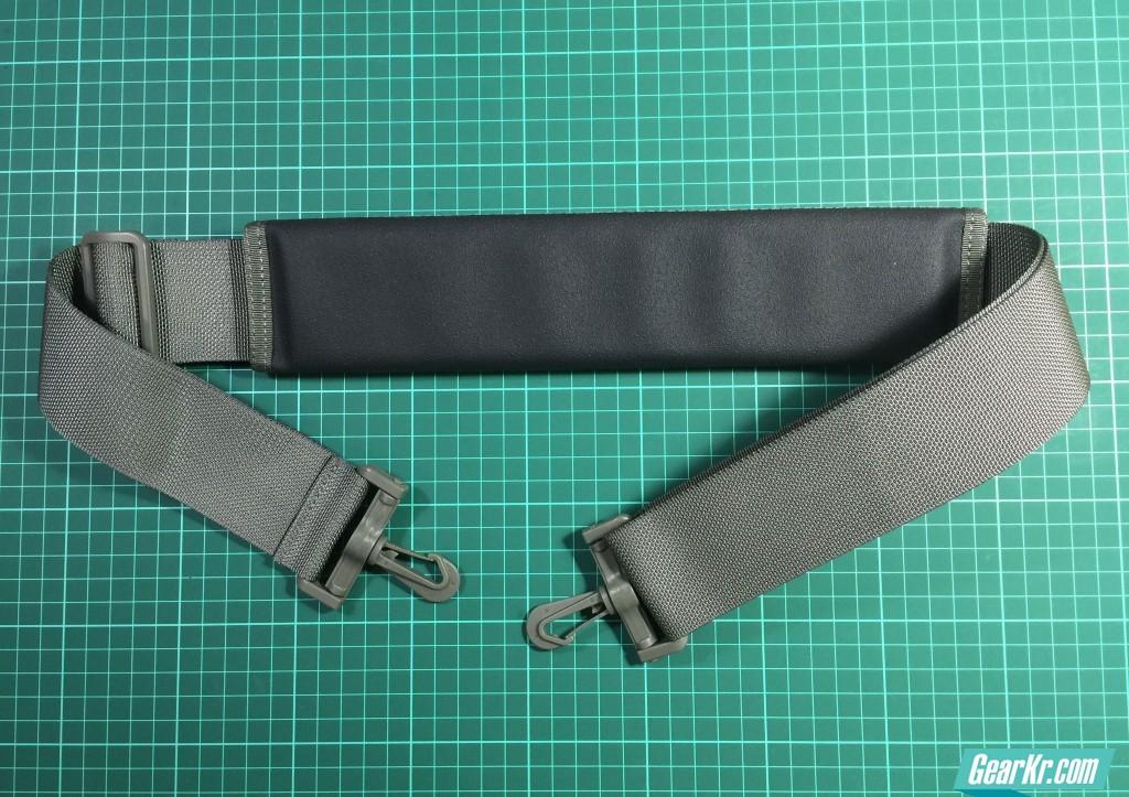 014肩带组合状态,黑色橡胶部分表面有颗粒感且富有韧性,背负感觉舒服防滑