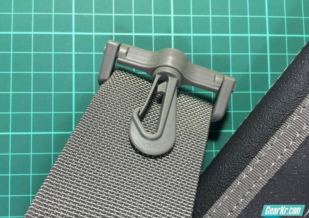 015肩带两端的扣具,看似单薄,实际上十分牢靠