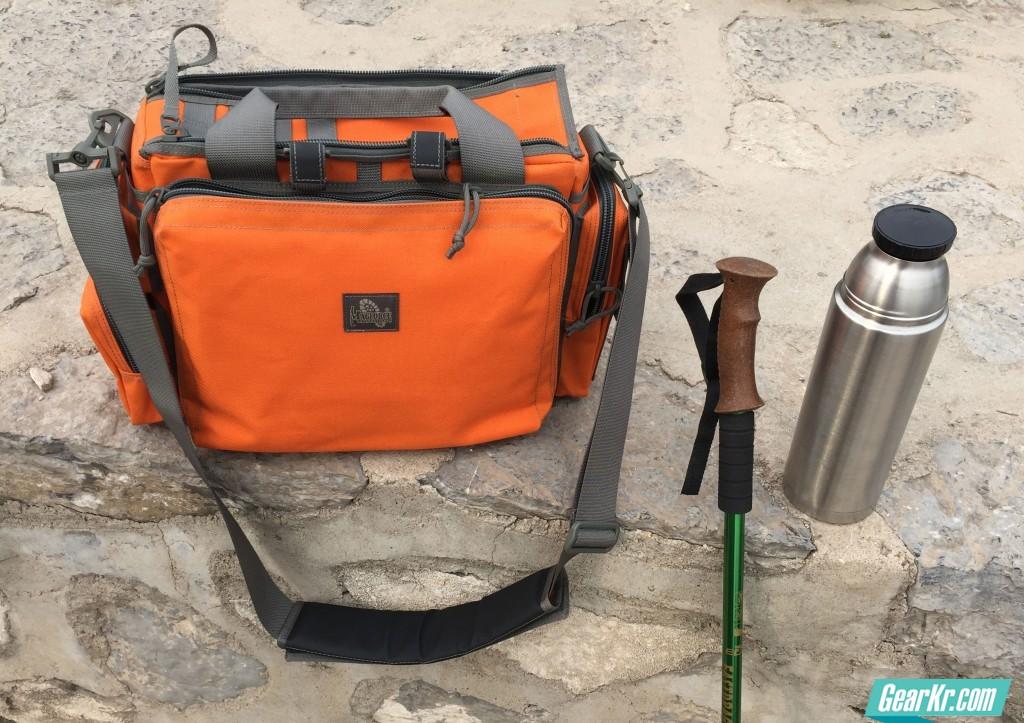040登山途中喝水摆拍,这个尺寸的水壶也能轻松放下,剩余空间装外套,上山太热了……