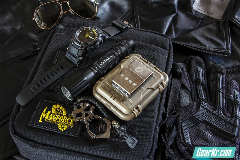 MAGFORCE轻行者IPAD直式电脑保护袋13