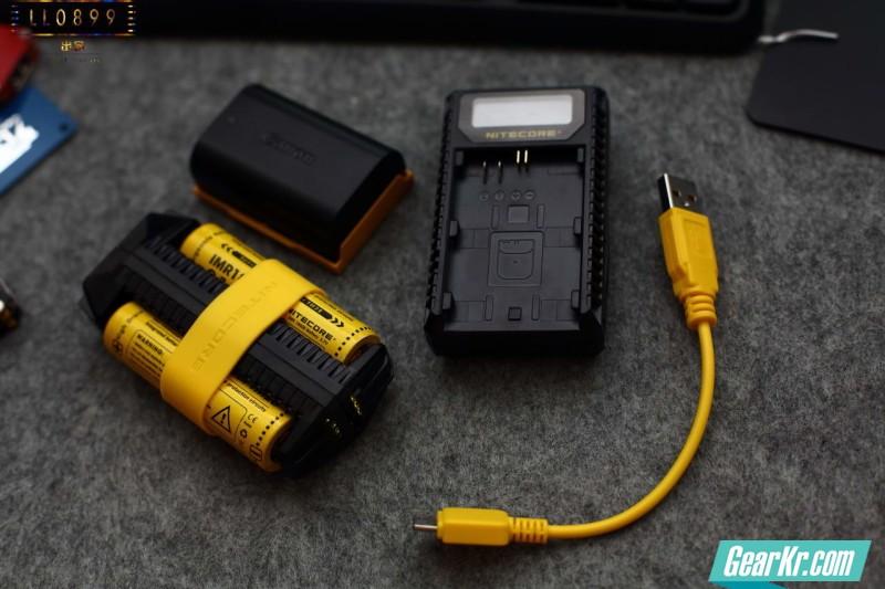 户外旅行神器能换电池的充电宝、充电器NITECORE F2