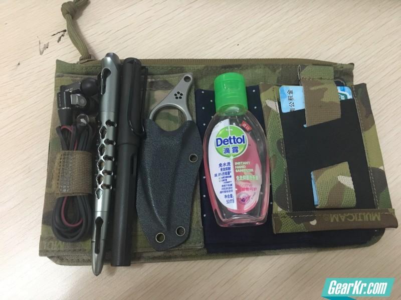 日雪手包日常装载可以较为全面的包含EDC的一些常用物品。按笔者本人习惯,会用日雪包装上驾照包、耳机、战术笔、LAMY、爪刀、滴露、手帕、RP卡包、手机