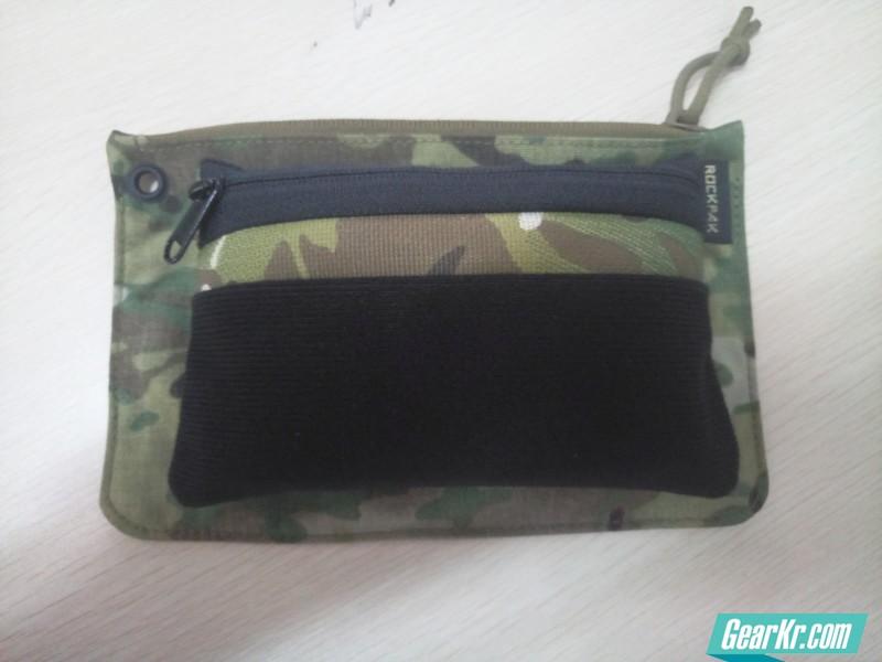 日雪、ROCKPAK双包对比,日雪的手包是完全可以装载RP手包的,而且还有空间装载少量外形尺寸小或者薄片型的EDC物品,也就是说,其实日常可以两个包结合一起用,RP报装卡包、手机、战术笔等基础EDC,日雪手包装驾照包、手帕、耳机、LAMY等扩展EDC