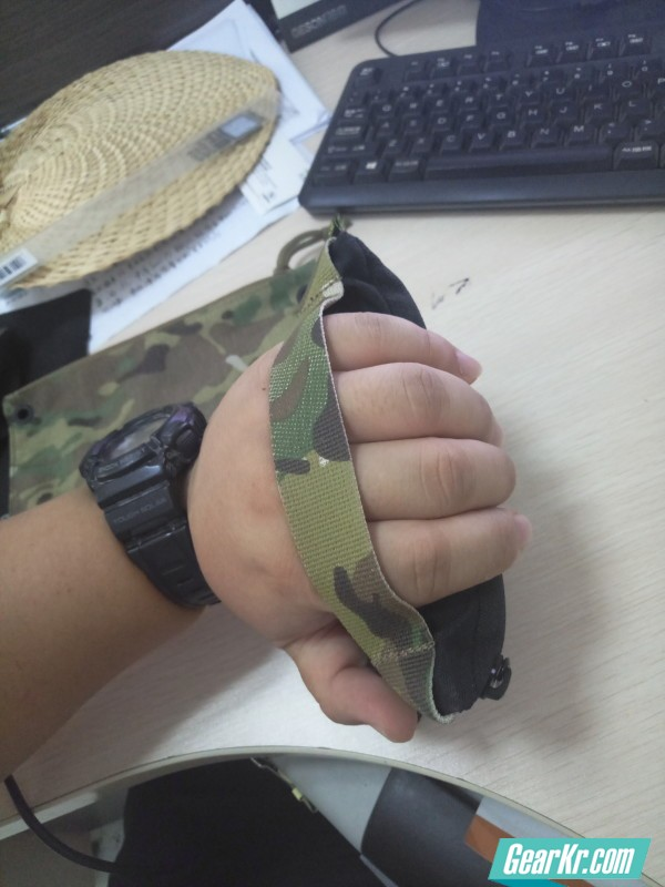 RP手包由于预留织带部分位置在背面接近拉链的高度,所以上入和下入的手感是有区别的,当然松紧程度也会有明显区别,不过两种方式都可以稳妥握持,老铁,稳稳地