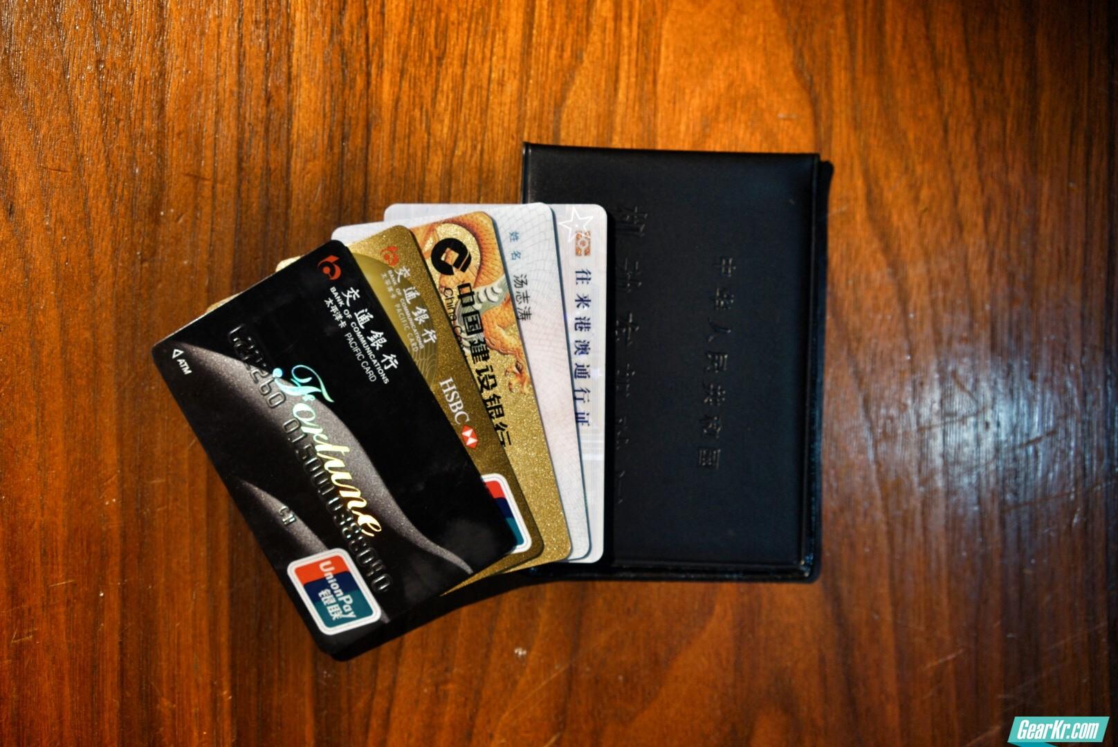 钱包的一些证件、驾驶证、港澳通行卡、建行储蓄卡、交行信用卡、交行沃德卡。