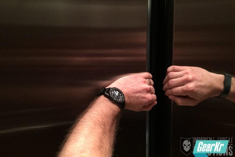 冷静自救:被困在电梯里怎么办?