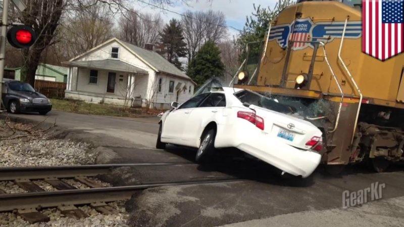 驾车通过铁路平交道口,我们应当注意些什么?