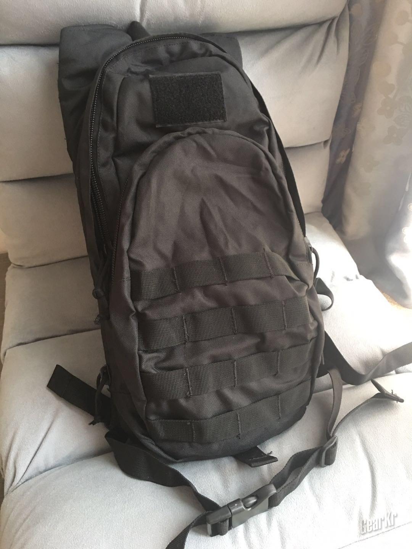 浅测Fox Tactical的紧凑型模块化水袋背包